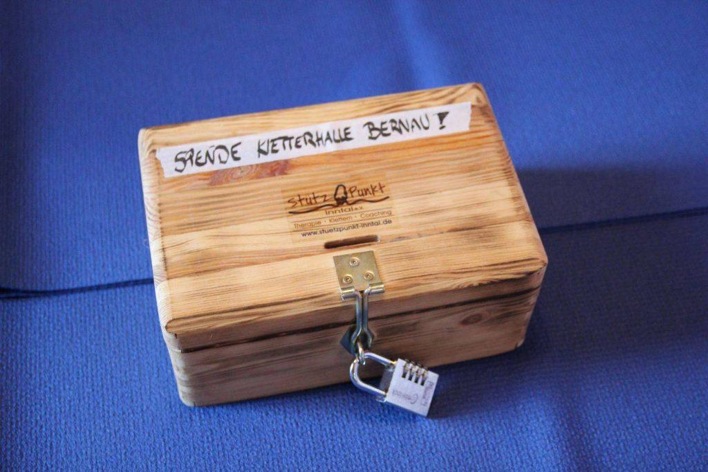 Foto einer Spendenbox aus Holz