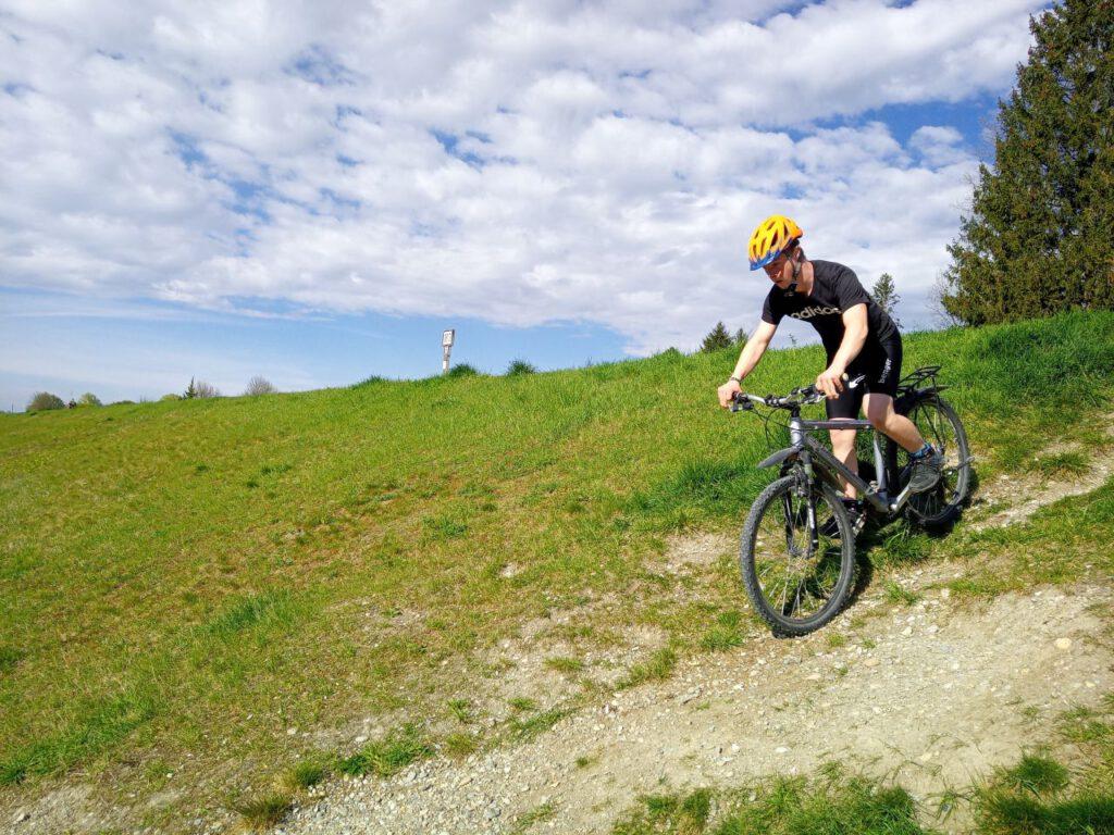 Junge fährt auf dem Fahrrad einen berg herab