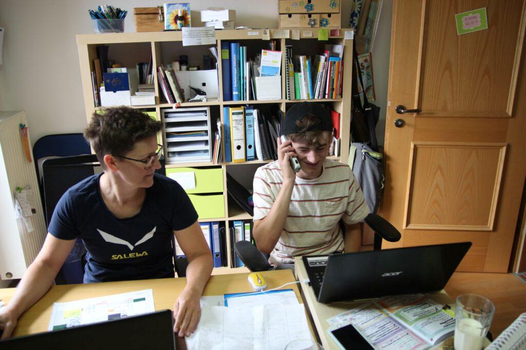 Natascha und Tino im Büro beim Telefonieren