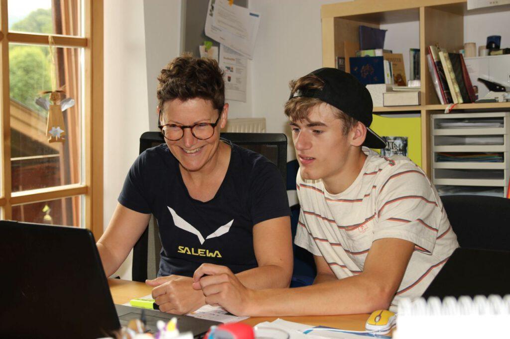 Natascha und Tino im Büro am Laptop