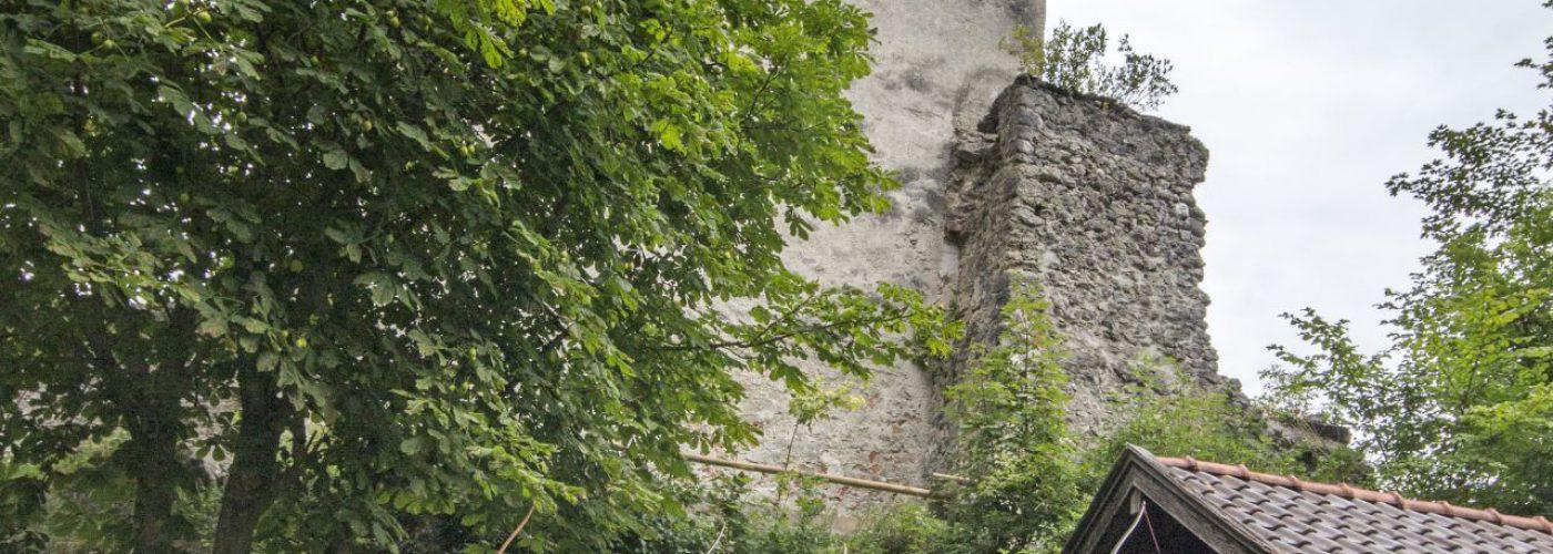vier Bogenschützen unterhalb des Burgturms